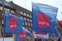 """Fahne """"Beamtinnen und Beamte"""" auf einer Kundgebung"""